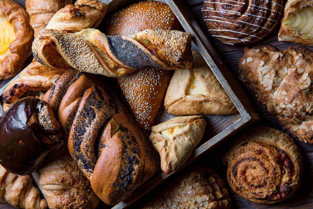 Выпечка: хлеб, слойки, булочки